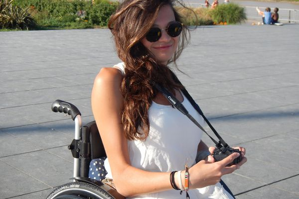Caterina possède deux Masters. Elle espère trouver un emploi de chargée de projet ou business developer mais son handicap représente un frein.