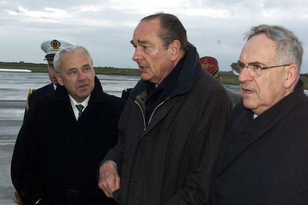 Cherbourg le 1er novembre 2000 ; Jacques Chirac arrive a l'aéroport de Maupertus près de Cherbourg. A gauche, Rene Garrec, Président du conseil régional de Basse-Normandie et à droite Jean-François Le Grand, Président du conseil général de la Manche.