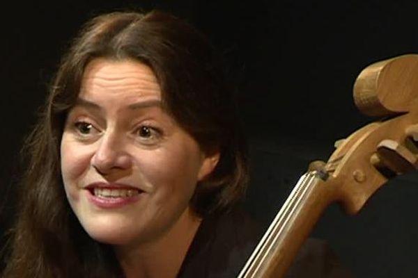 La violoncelliste Emmanuelle Bertrand raconte l'histoire dela vie de soldat de Maurice Maréchal.