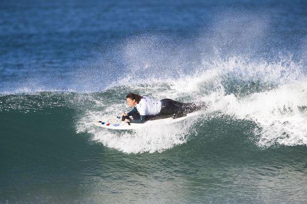 Katell à l'oeuvre, pendant le championnat de France de surf à Hossegor