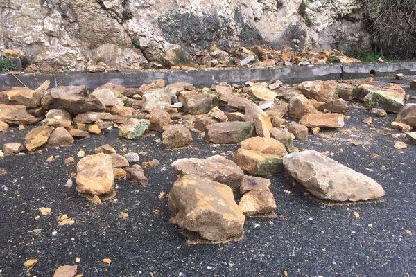 Les pierres semblent être des pierres sèches tombées du muret d'un jardin, plutôt que des morceaux de falaise qui se sont écroulés...