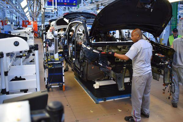 Ligne de montage de SUV à l'usine PSA à Rennes La Janais