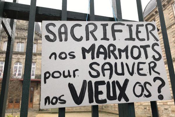 Banderole pendant la manifestation des parents d'élèves à Vannes, contre le port du masque à l'école