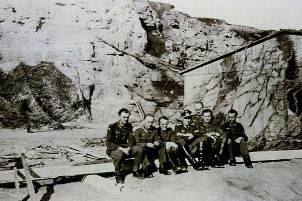 Membres de l'Etat major de 716ème division d'infanterie posant à l'entrée du souterrain