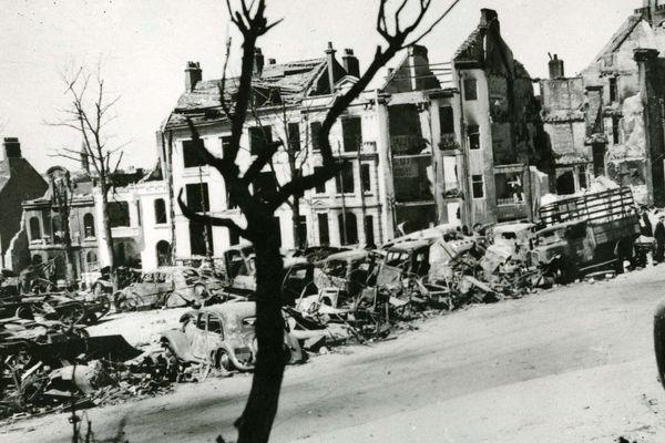 Vue du haut du boulevard Mariette et le dernier sou à Boulogne-sur-mer après la bataille de mai 1940. Les maisons sont détruites. Au premier plan, on peut voir de nombreuses carcasses de voitures.