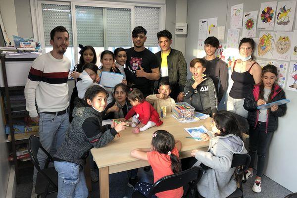 L'accompagnement et le soutien scolaire se passe dans un algeco situé sur le camp de roms.