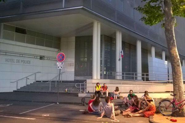 """Jeudi soir, devant l'Hôtel de Police de Clermont-Ferrand, des syndicalistes se sont retrouvés pour soutenir leurs 3 confrères manifestants interpellés lors de la manifestation contre la loi Travail et dénoncer ces interpellations qu'ils jugent """"injustes et Injustifiées""""."""