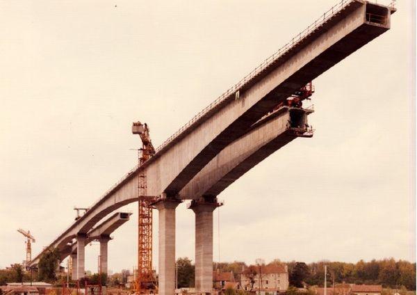 Le pont de Calix a été construit entre 1971 et 1975. Il possède 15 travées dont une de 156 m.