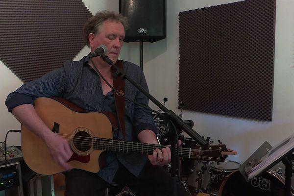Dans son studio de Creil, Philippe Bouchaud, alias l'autre Philippe, a déjà enregistré trois albums comme auteur-compositeur-interprète.