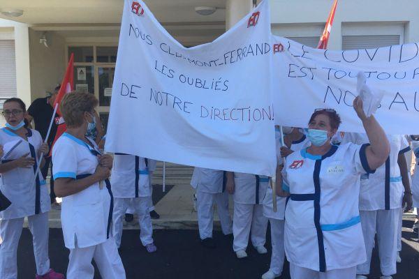 A l'appel du syndicat FO, une cinquantaine de salariés de l'entreprise de nettoyage Atalian se sont rassemblés devant la direction du CHU Gabriel-Montpied de Clermont-Ferrand.