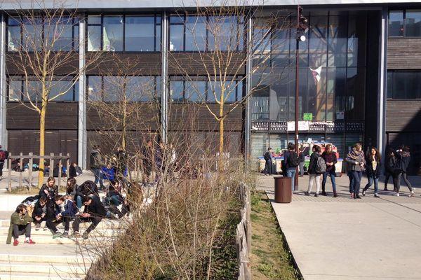 En milieu de matinée, un grand nombre d'élèves patientait à l'extérieur du lycée Mandela.