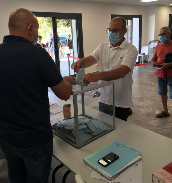 "Hervé Pacini, tête de liste ""Uniti pa'Figari, Unis pour Figari"", vote."