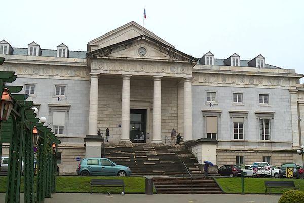 """Un homme de 32 ans était jugé au palais de justice de Pau ce lundi 25 janvier pour avoir menacé une enseignate de lui """"couper la tête""""."""