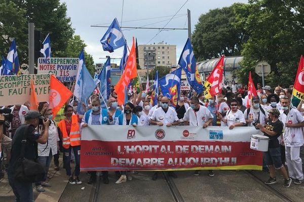Plusieurs centaines de personnels soignants rassemblés devant le CHU de Montpellier pour réclamer des moyens