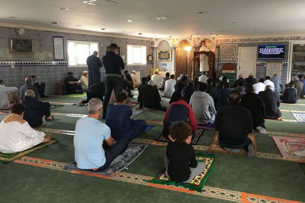 A la mosquée de Milhaud, ce vendredi, l'imam a appelé les fidèles à se recueillir en souvenir du professeur assassiné.