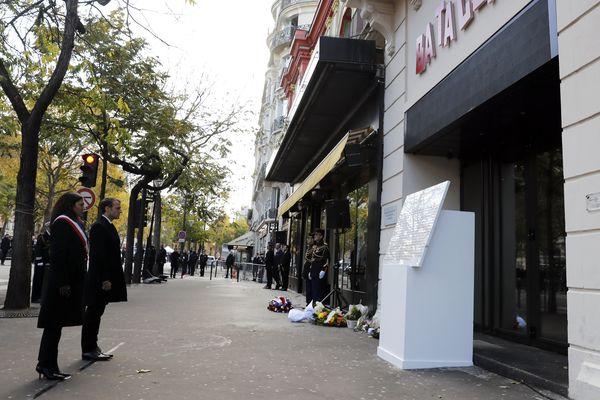 Emmanuel Macron et Anne Hidalgo devant le Bataclan à Paris pour rendre hommage aux victimes des attentats du 13 novembre 2015
