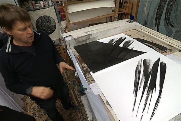 Darius, artiste encrier, dans son atelier de Dozulé.
