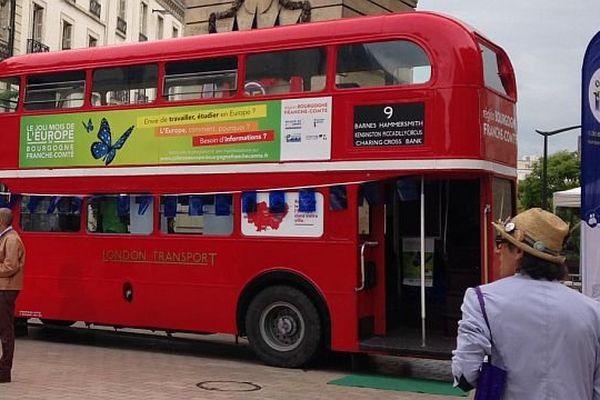 Le bus de l'Europe sur la place Darcy à Dijon