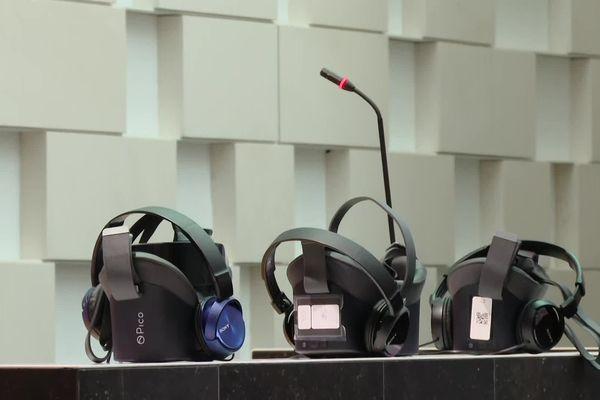 Présentation de casques à réalité virtuelle pour lutter contre les violences conjugales à Poitiers ce 24 septembre 2021.