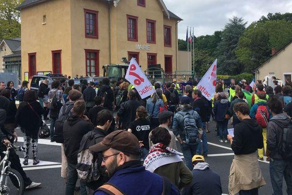 Environ 200 personnes se sont rassemblées devant la mairie de Pacé