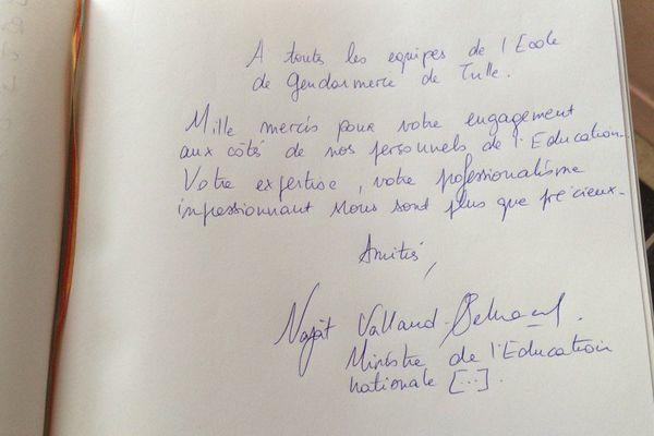 La dédicace de Najat Vallaud-Belkacem, ministre de l'Education nationale sur le livre d'Or de l'école de gendarmerie de Tulle (Corrèze), le 13 janvier 2017