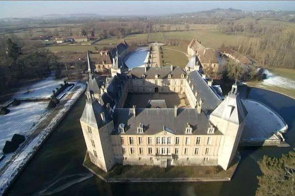 Le château de Sully en Saône-et-Loire.