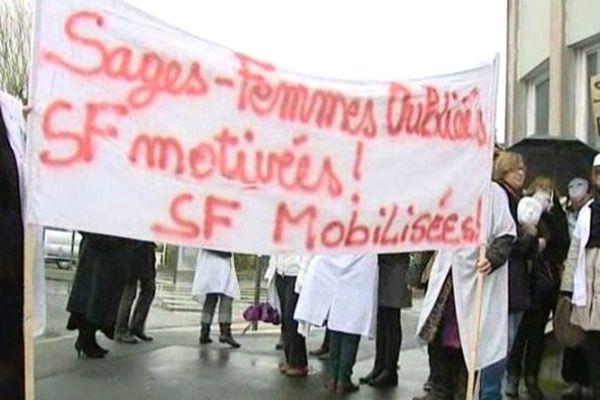 Rassemblement de sages femmes à Blois (Loir-et-Cher) devant l'Agence régionale de Santé (ARS)