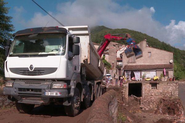 Mandagout (Gard) - le pont obstrué et la route effondrée au hameau d'Arboux- 23 septembre 2020.