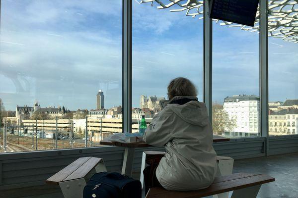 Pique nique devant le panorama sur Nantes offert depuis la nouvelle mezzanine de la gare ferroviaire