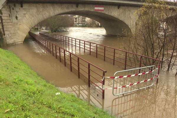 De nombreuses rives, routes et chemins submergés