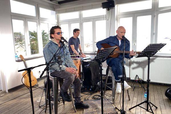 Raphaël présente l'ile de Bréhat à Gaëtan Roussel pour le troisième épisode de Abers Road