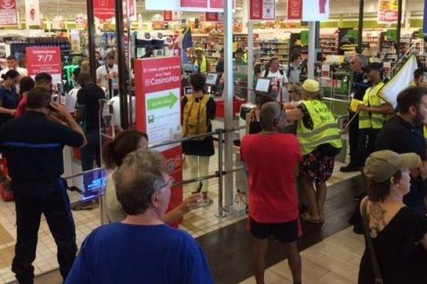 Les gilets jaunes se sont introduits dans l'hypermarché angevin aux alentours de 13 heures, lorsque les salariés du matin quittaient leur service, pour s'opposer à l'ouverture du dimanche sans personnel.