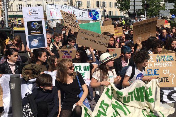 La jeunesse continue de se mobiliser pour le climat. A l'appel du collectif Youth for Climate, les jeunes sont allés dans la rue vendredi 24 mai, dans toute la France et notamment à Clermont-Ferrand.