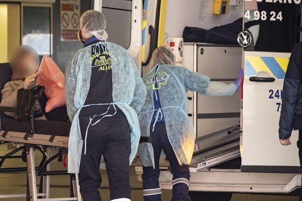Un patient pris en charge à l'hôpital Salengro. Les soignants portent des surblouses en papier