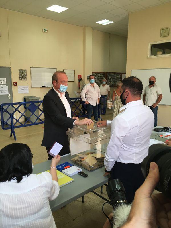 """Laurent Marcangeli, tête de liste """"Un soffiu novu"""" a voté à Ajaccio en milieu de matinée."""
