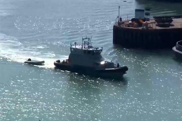 Un bateau de UK Border a intercepté un canot en pleine mer