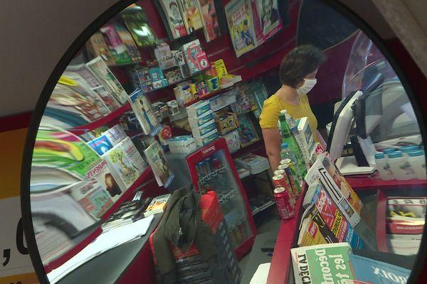 Emilie tient le kiosque à journaux du marché de Talensac à Nantes mais pourrait mettre la clé sous la porte