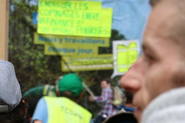 Les membres du collectif affichent au milieu des Gilets Jaunes.