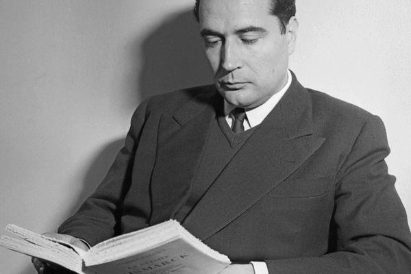 Portrait de François Mitterrand, ministre d'Etat dans le cabinet de Joseph Laniel, lisant dans son bureau en juillet 1953.