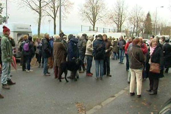 200 manifestants mobilisés le 17 novembre 2014 contre l'abattage d'arbres place Séraucourt à Bourges