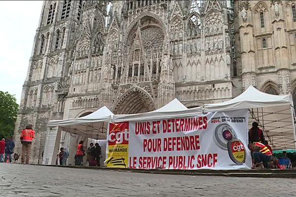Les différents syndicats des cheminots ont investi la place de Rouen samedi 28 avril