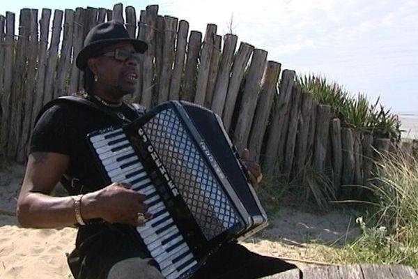 C.J Chenier et son accordéon, sur la plage de Blainville-sur-Mer