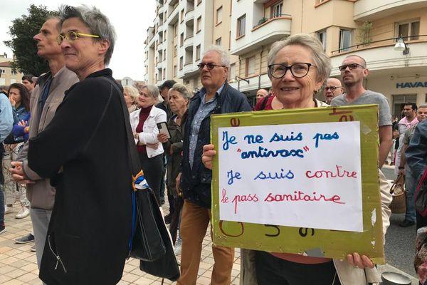 Les manifestations étaient composées de personnes âgées, de familles avec enfants, de pompiers, de personnels médicaux... Cette dame affirme ne pas être anti vaccin, mais anti pass sanitaire.