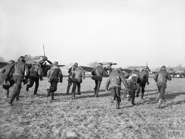 Les pilotes de l'escadron 87 de la RAF à l'entraînement en novembre 1939 à Lille-Seclin.