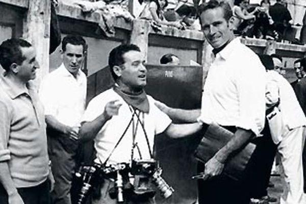 """Francisco Cano """"Canito"""", ses trois boîtiers en bandoulière et Charlton Heston. Dans le callejón des arènes de Pamplona."""