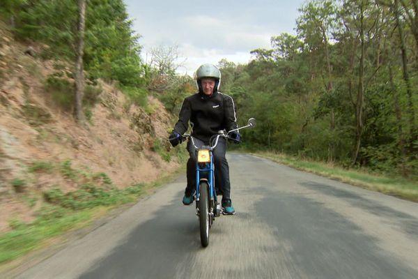 ChristianSarronsur sa première mobylette. L'ancien champion du monde âgé de 65 ans, est nostalgique quand il roule dans la Vallée deSans-Souci, près de Châtel-Guyon, dans le Puy-de-Dôme.