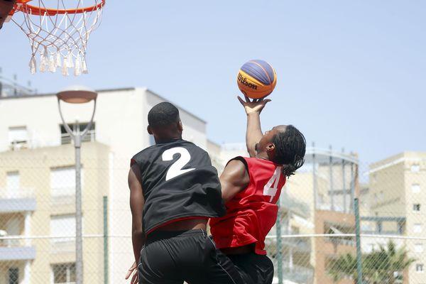 Le 3X3 se joue à trois, sans coach sur le banc et oblige les joueurs à tirer et défendre. Un basket populaire qui est dans le plaisir du ballon