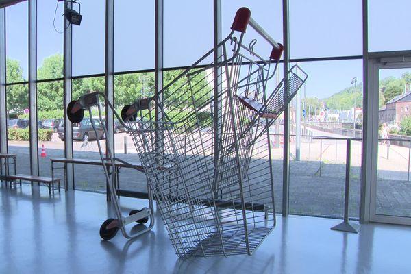 """""""Caddie"""", œuvre en acier galvanisé, roues et résine polyester, réalisée en 2014 par Lilian Bourgeat."""