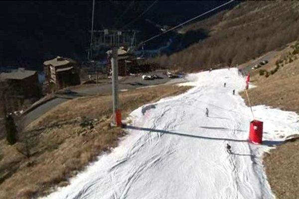 Piste de ski à Isola 2000, sans neige