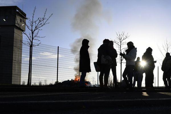 Des gardiens bloquant la prison de Vezin-le-Coquet près de Rennes, le 26 janvier.